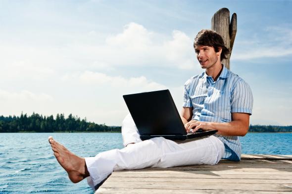 Mit dem Laptop surfen in der Natur