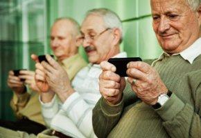 Mobiles Internet: Senioren surfen mit ihren Smartphones