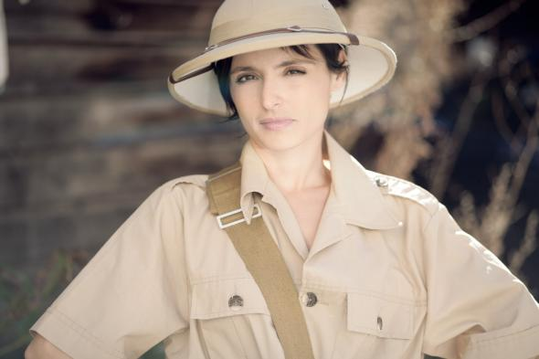 Model im Safari-Look mit Tropenhelm