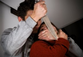 Mordversuch - der Täter versucht eine Frau zu töten