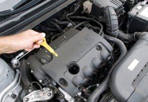 Motorcheck: Überprüfung des Motoröls und der Dichtigkeit des Motors