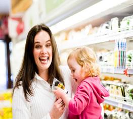 Mutter mit Kind beim Einkauf im Supermarkt