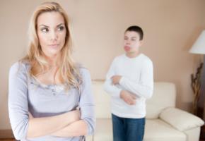 Mutter und Sohn haben Streit