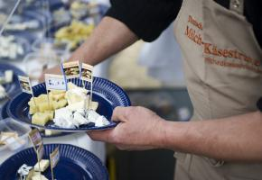 Käsegenuß auf regionale Art; der Niedersächsische Käseteller auf dem Käsemarkt am Kiekeberg begeisterte die Besucher.
