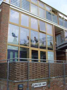 Niedrig-Energiehaus mit Solarzellen in den Fenstern