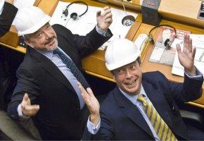 Nigel Farage - mit Sicherheitshelm im alten EU-Parlament