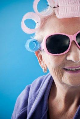 Nonkonform - Rüstige Rentnerin mit Lockenwickler und cooler Sonnenbrille