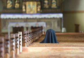 Eine Nonne bei der Andacht in der Kirche