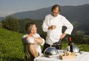 Norbert Niederkofler und Markus Lanz beim Lunch auf der Alm