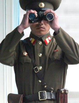 Nordkoreanischer Soldat schaut durch ein Fernglas