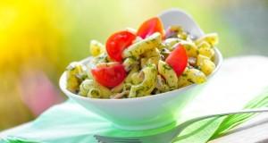 Leichter Nudelsalat aus Italien, mit frischen Kräutern und Tomaten.