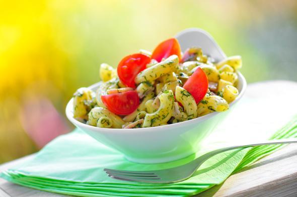 Leichter Nudelsalat aus Italien - mit frischen Kräutern und Tomaten.