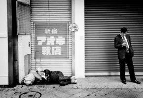 Obdachloser Buraku schläft auf der Straße