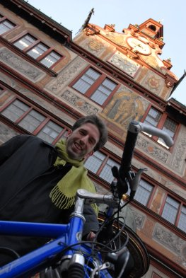 Erster Arbeitstag: Oberbürgermeister Boris Palmer vor dem Rathaus mit seinem Fahrrad