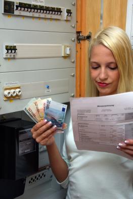 Junge Frau liest ihre Stromrechnung
