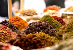 Essensjäger: Orientalische Gewürze auf einem Markt in Dubai