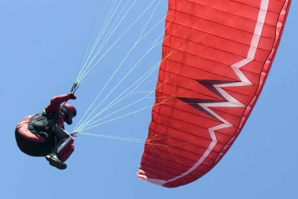Paraglider mit dem Gleitschirm in der Luft.