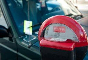 Parkzeit übertreten - Strafzettel an der Windschutzscheibe