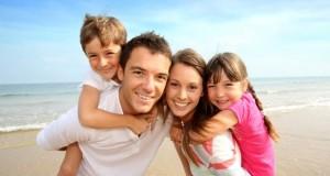 Glückliche Patchwork Familie am Strand.