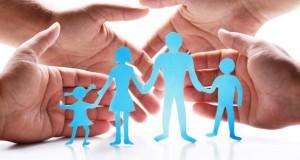 Eine Patchworkfamilie wächst aus zwei Familien zusammen.