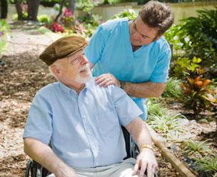 Patient mit einem Pfleger
