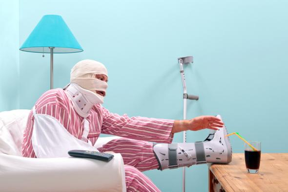 Verletzter Pechvogel versucht an sein Glas zu kommen. Was ihm anhand der Behinderungen schwer fällt.