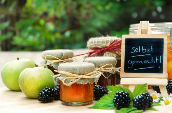 Frische Früchte und selbstgemachte Marmelade in denen Pektin enthalten ist.