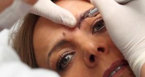 Permanent Make-up: die Farbe kann eine Nickelallergie auslösen.