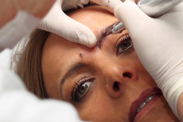 Permanent Make-up und Tattoos: die Farben können eine Nickelallergie auslösen.