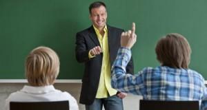 Lehrer unterrichtet im Klassenraum