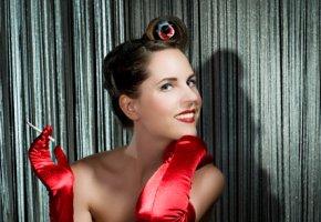 Pin-up - Burlesque Tänzerin mit einer Zigarette