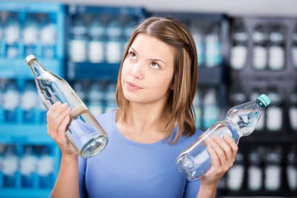Plastikflaschen können Schadstoffe wie Weichmacher enthalten die krank machen.