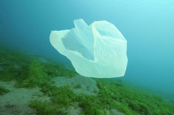 Eine Plastiktüte unter Wasser