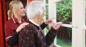 Polnische Pflegekraft mit Seniorin