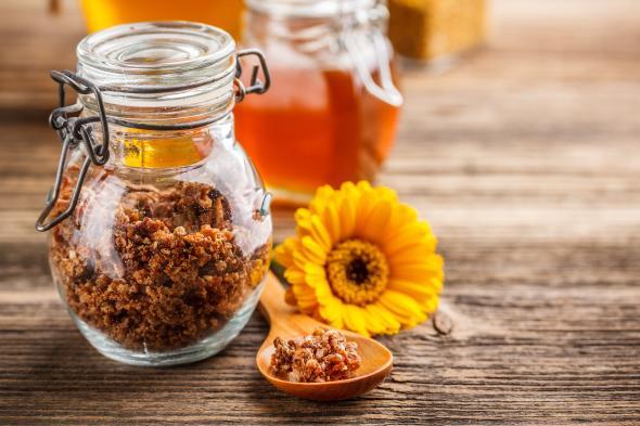 Propolis ist ein Harz, der von Bienen hergestellt wird.