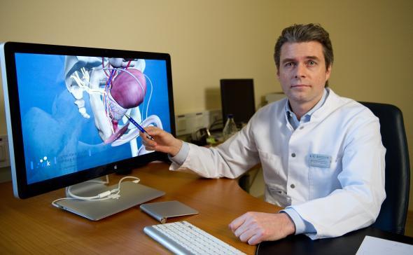 Professor Dr. T. Schlomm mit einem 3D-Modell einer Prostata.