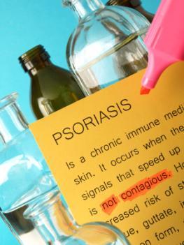 Flaschen in einem Labor. Auf einem Schild steht Psoriasis mit einem Textmarker markiert.