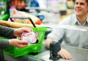 Psychologie im Supermarkt - die Kundin hat mehr eingekauft, dass Geld ist weg.