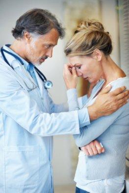 Psychoonkologe spricht mit einer Patientin
