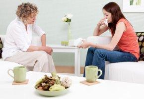 Psychotherapeutin im Gespräch mit einer Patientin