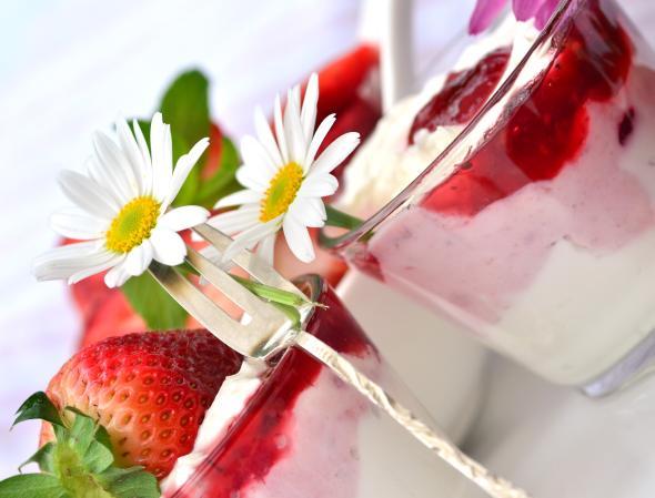 Joghurts und Quarkspeisen kann man mit unterschiedlichen Früchten bereichern.