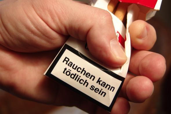 """Aufdruck auf einer Zigarettenschachtel: """"Rauchen kann tödlich sein""""."""