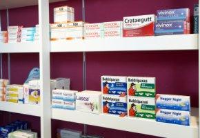 Regal mit Medikamenten in der Standortapotheke
