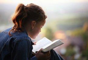 Religion: Ein Mädchen liest in der Bibel