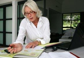 Rentnerin arbeitet auch im Ruhestand