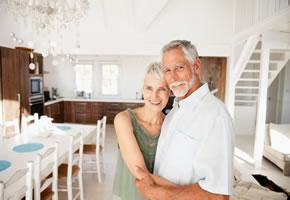Ein Rentnerpaar das im Alter noch etwas erleben möchte