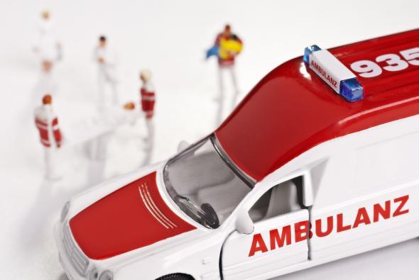 Ärzte, Sanitäter und ein Rettungswagen als Spielzeug.