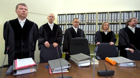 Richter Manfred Götzl mit seinen Beisitzern im Münchner NSU-Prozess.