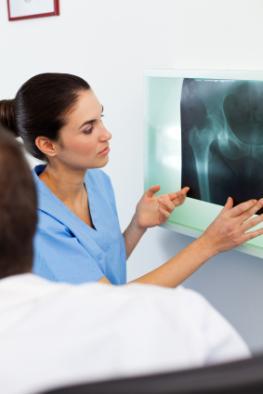 Ärzte begutachten eine Röntgenaufahme