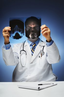 Röntgenstrahlen - ein Arzt mit einem Röntgenbild